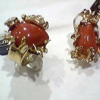 Anello e ciondolo in oro con lavorazione sfrangiata e corallo rosso mediterraneo