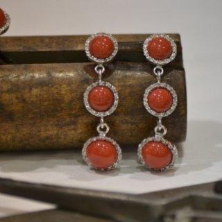 Orecchini in oro bianco con corallo rosso mediterraneo e diamanti