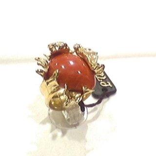Anello in oro con lavorazione sfrangiata e corallo rosso mediterraneo