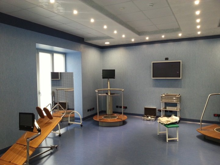 una stanza con un monitor e delle apparecchiature ospedaliere