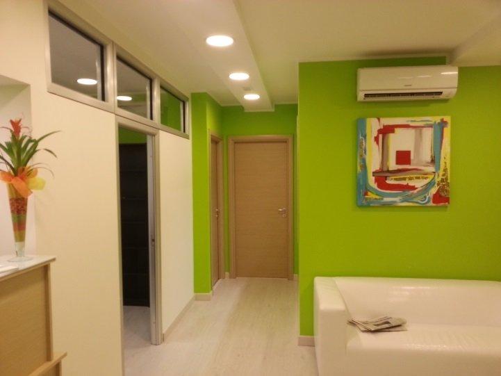 una sala da attesa con un divano e un condizionatore d'aria al muro