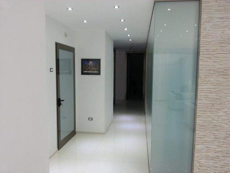 un corridoio con delle vetrate e una porta