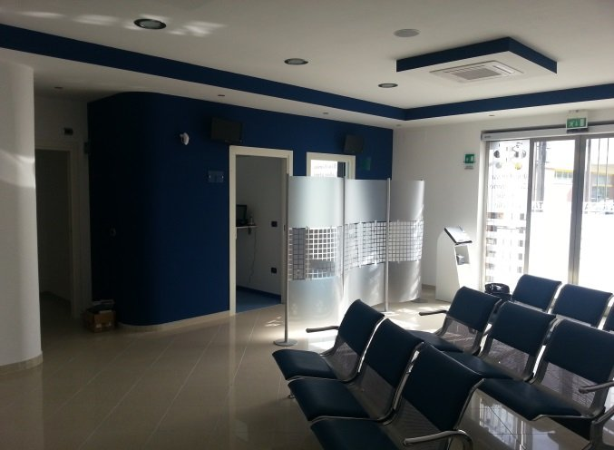 una sala da attesa con delle sedie
