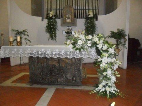 Composizioni floreali per altare