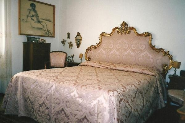 Headboard and bedcover in damask silk