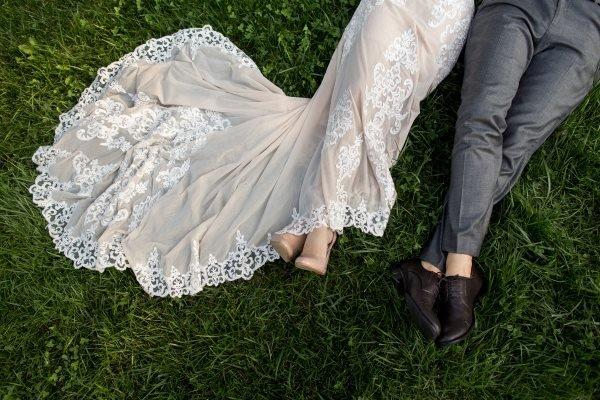 coppia sdraiata per terra