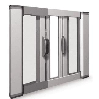 Zanzariera laterale per porte finestra. Disponibile nella versione a unico cassonetto fino a massimo di larghezza di 150cm e doppio cassonetto da L 151cm a L 300 cm. Guida a terra da 2 cm