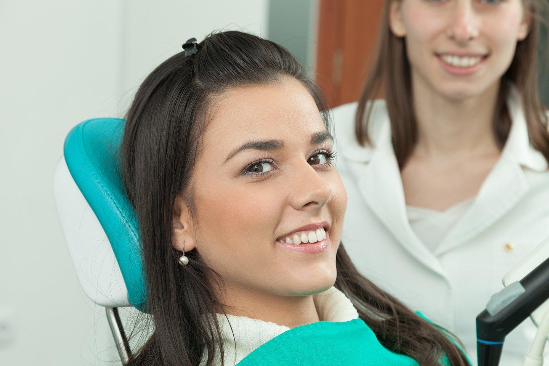 donna che sorride stesa sul lettino del dentista