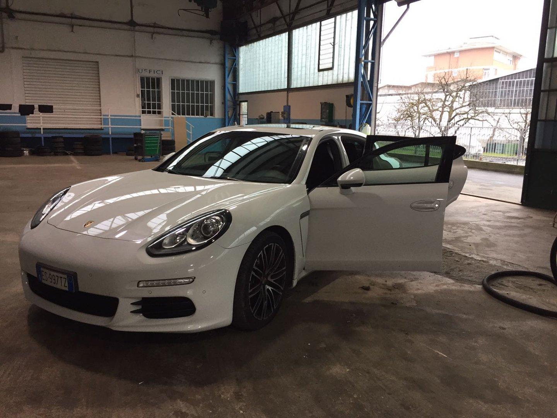macchina bianca con portiera aperta