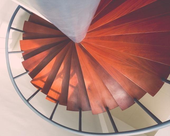 scalinata di legno a chiocciola