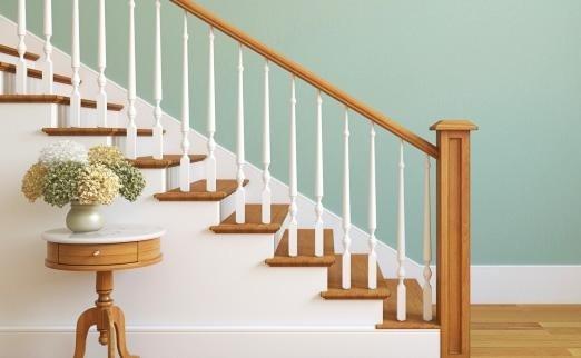 scalinata in legno con cornicione