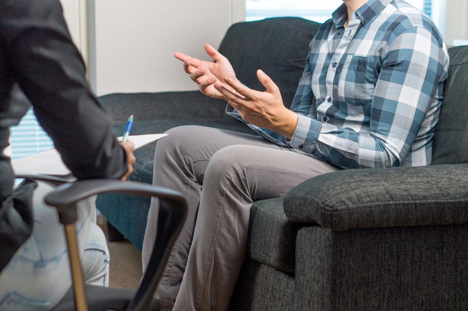 un paziente spiega allo psicologo i suoi problemi