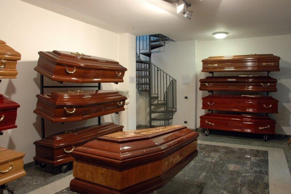 Feretri in esposizione nell'agenzia funebre