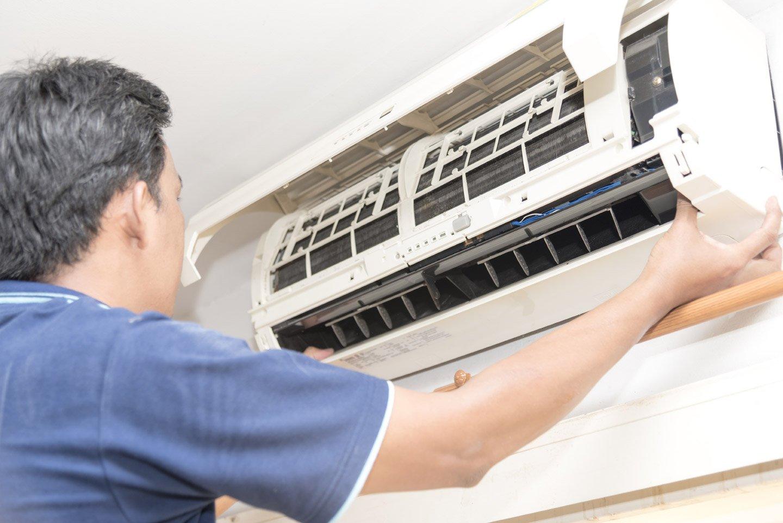 tecnico aggiusta aria condizionata