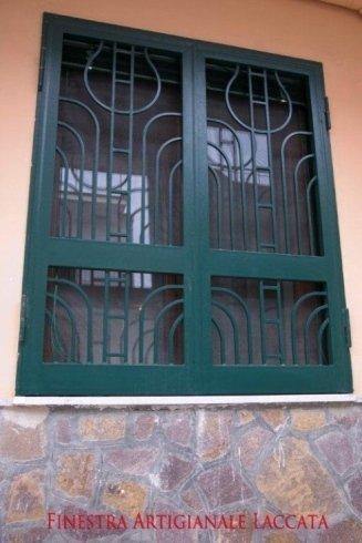 Finestra artigianale in ferro laccato