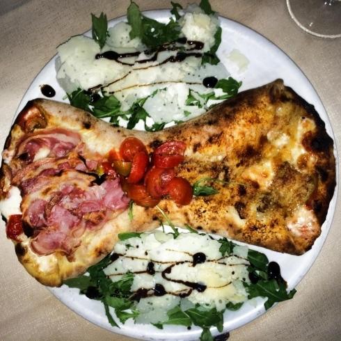 piatto composizione con pizza aceto balsamico e verdure a contorno