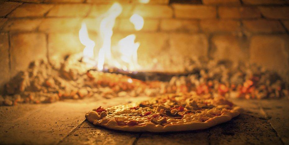 pizza dentro il forno a legna