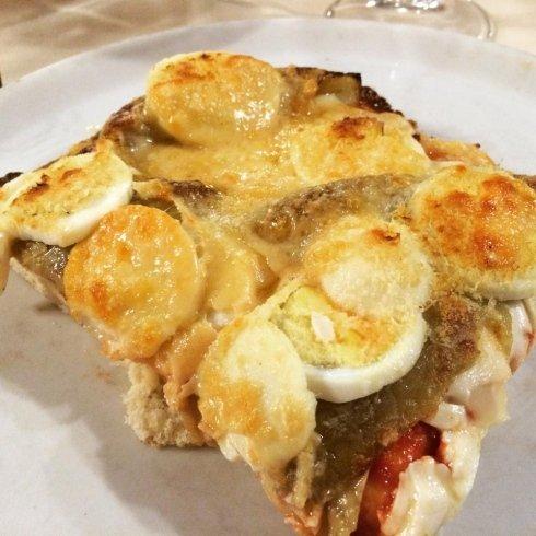 trancio di pizza con uovo
