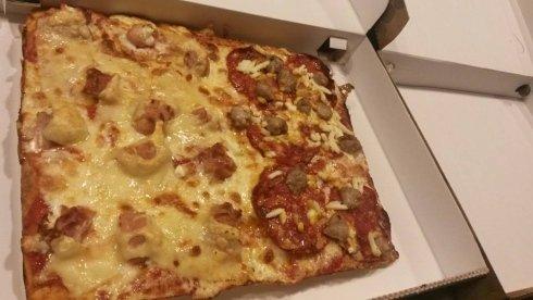 pizza dentro il cartone