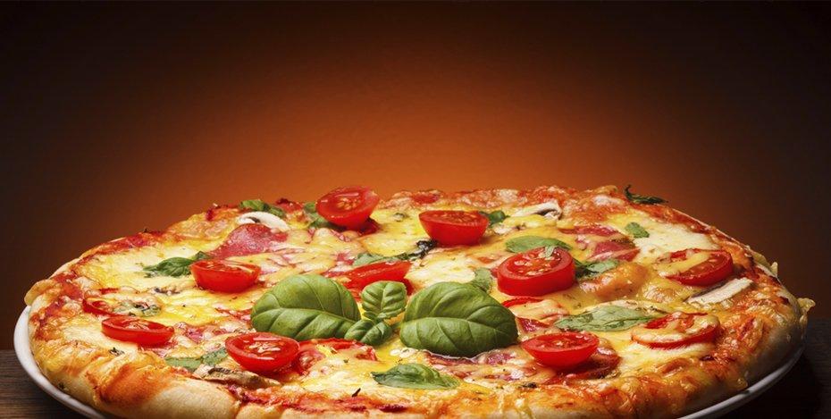 pizza margherita con pomodorini basilico funghi