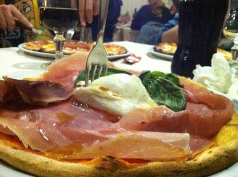 degustazione pizza sul tavolo