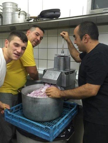 staff in cucina