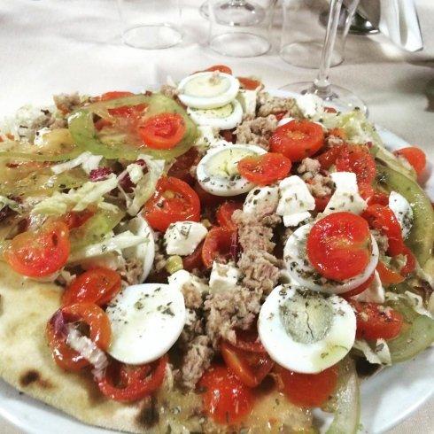 pizza farcita con uova pomodoro tonno