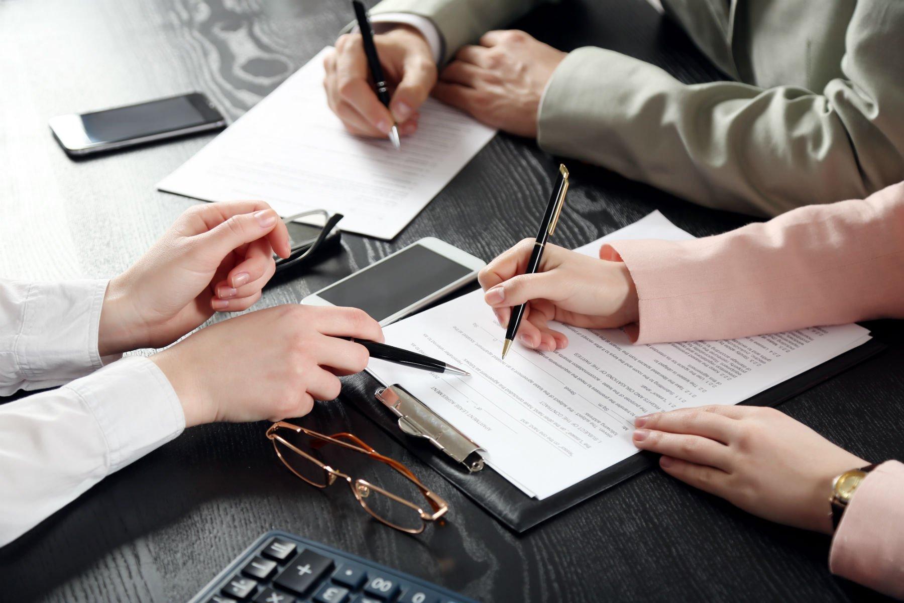 avvocati esaminano un contratto di lavoro