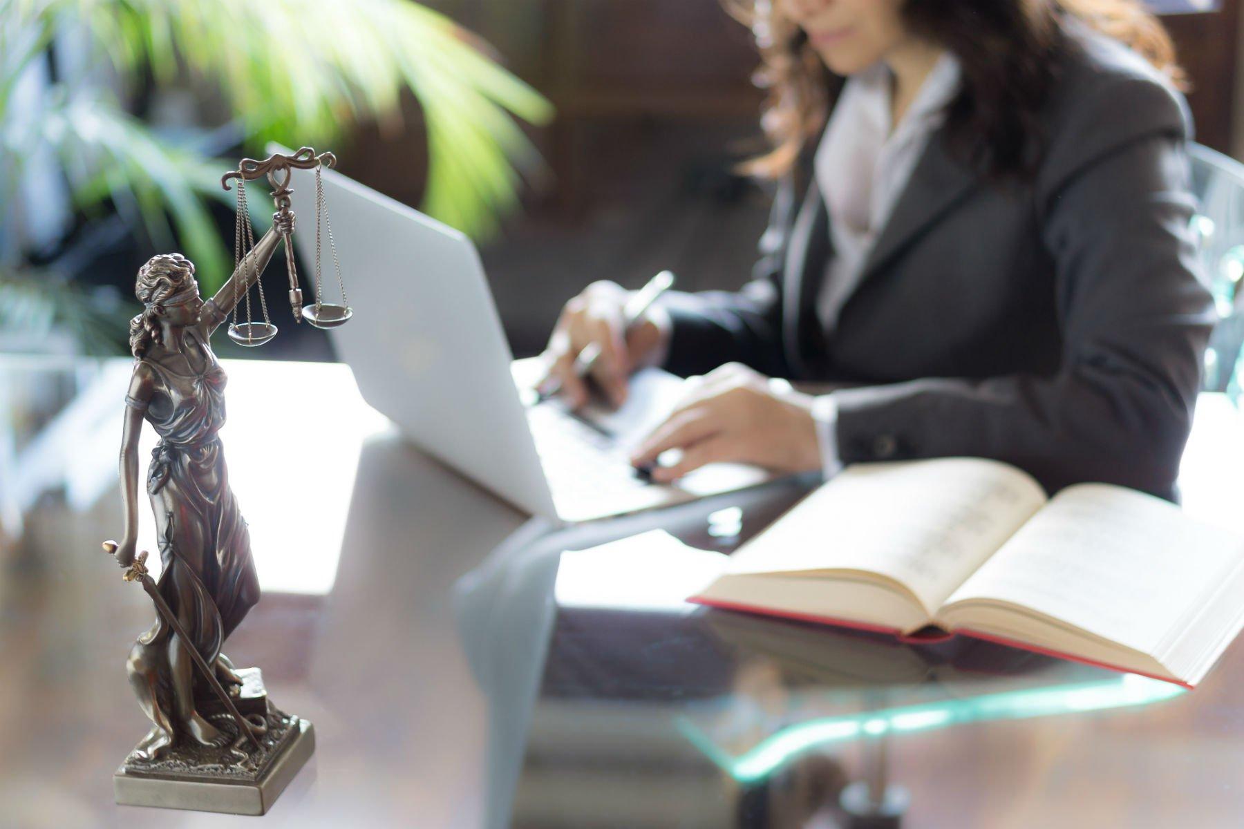 avvocato alla scrivania di studio legale