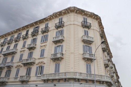 edificio storico con balaustra angolare