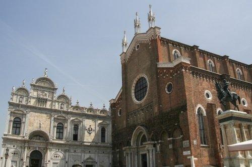 facciata di chiesa con rosone centrale