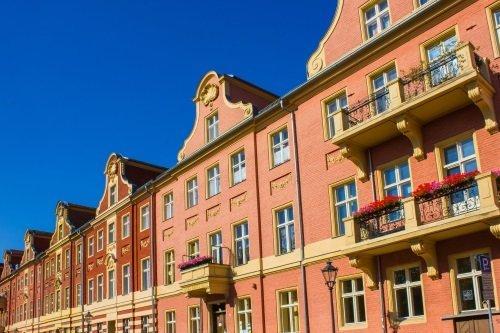 facciate color rosa di edifici in sequenza