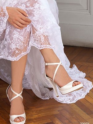 le gambe di le gambe di una donna che indossa dei sandali a tacchi