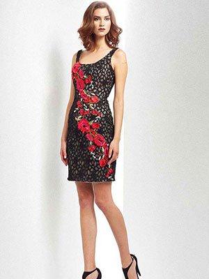 una modella in posa con un abito nero e rosso