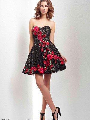 una donna con un abito di color nero e dei ricami con dei fiori