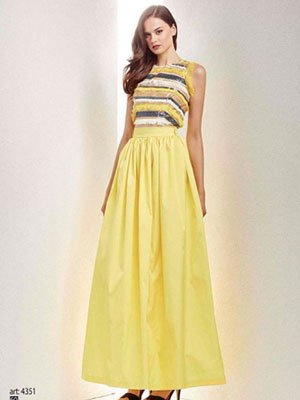 una modella con un abito di color giallo e panna