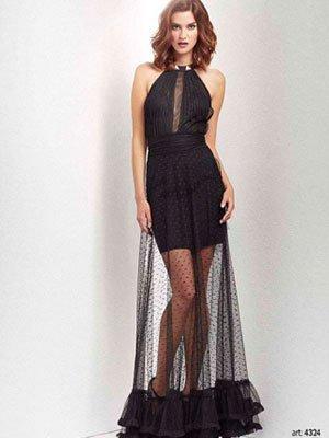 una modella con una gonna lunga di color nero trasparente