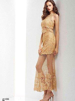 una modella che indossa un abito di color dorato