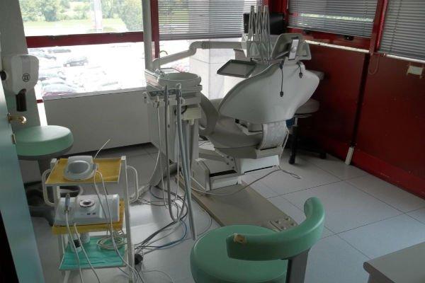 la postazione e dei macchinari in uno studio dentistico
