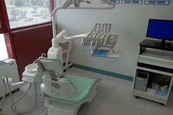 la postazione e una scrivania con un monitor in uno studio odontoiatrico