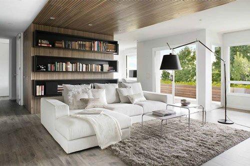 una sala con un divano di color bianco