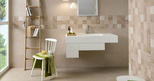 un bagno con un lavabo di color bianco e accanto una scaletta in legno