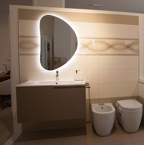 un bagno con uno specchio moderno