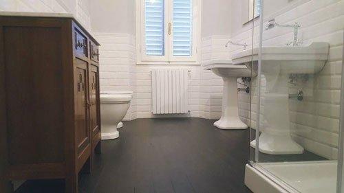 un bagno con un box doccia