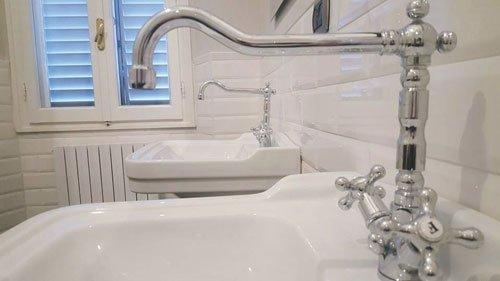 due lavandini con dei rubinetti in acciaio