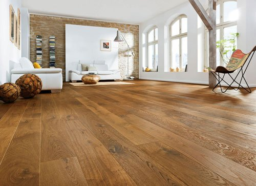 una sala con il pavimento in parquet