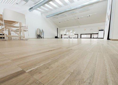 una sala ampia con il pavimento in legno