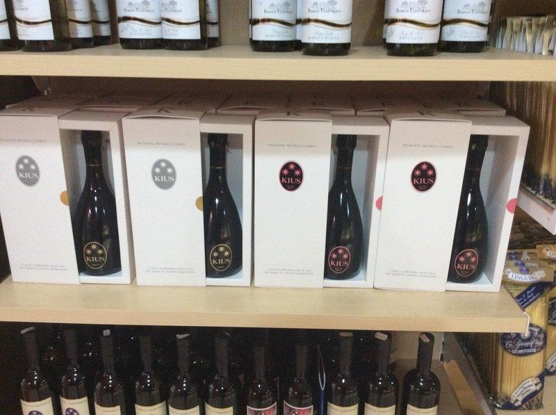 Primo piano di quattro bottiglie in imballaggio speciale di Kius