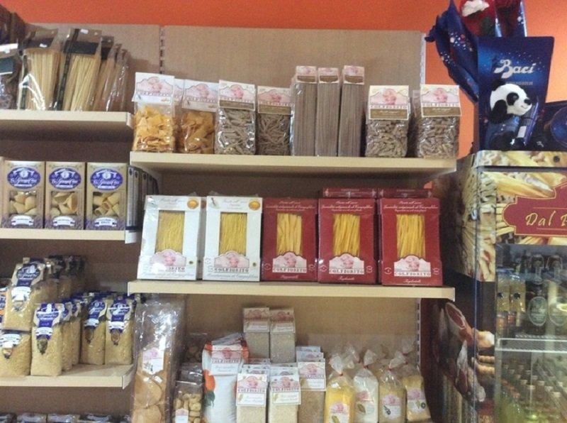 Primo piano di circa gli scaffali dove si vedono pacchetti di paste diverse : tagliatelle, tortellinis,penne,spaghetti..