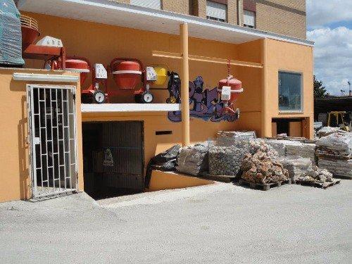 Strumenti impiccando all'esterno del garage che si usa di almacen e anche materiale di costruzione